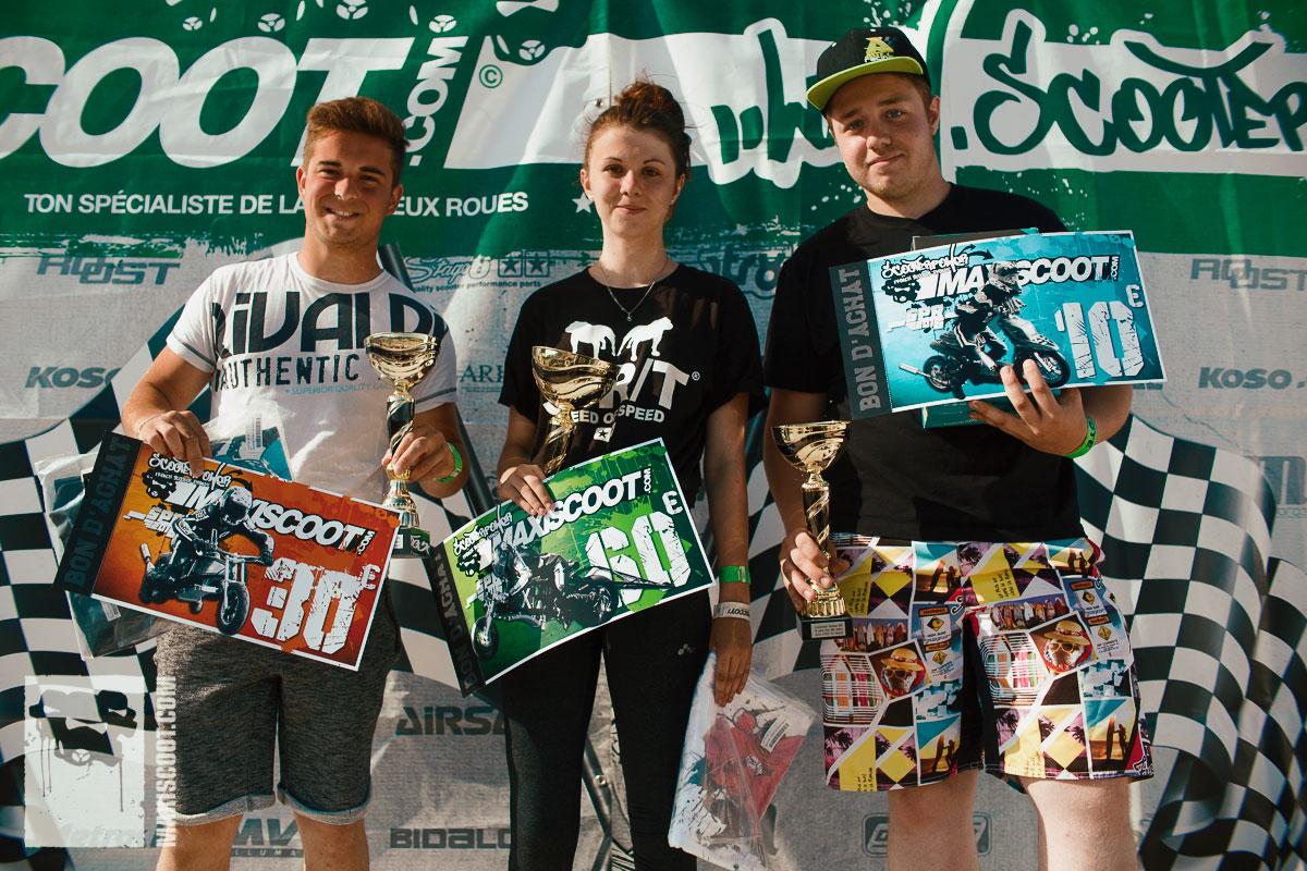 Léa entourée de ses adversaires sur le podium du ScooterPower Weekend 2016